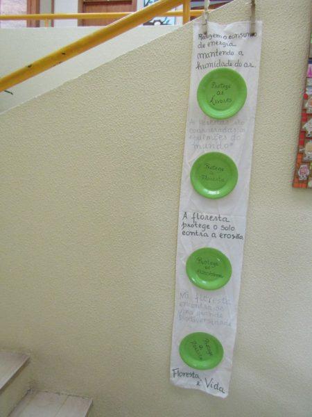 No átrio da escola foram reutilizados pratos de papel.